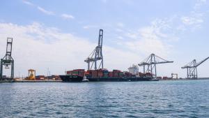 Imatge d'un vaixell de contenidors descarregant al Port de Tarragona