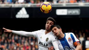 Javi López disputa una pilota amb un jugador del València
