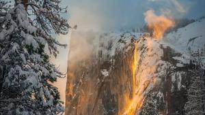 La cola de Caballo de Yosemite ardiendo por la luz crepuscular