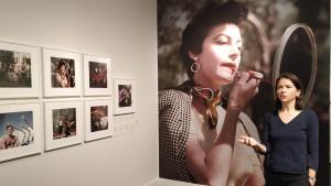 La comissària Cynthia Young explica els secrets de «Robert Capa en color» a Tarragona.