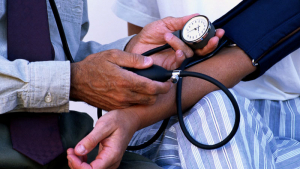 La hipertensión arterial aumenta el riesgo de sufrir accidentes vasculares.