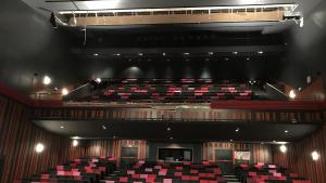 La part superior del teatre s'ha desprès i ha arrosegat un tram de la cornisa