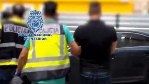 La Policía Nacional en el momento de la detención de uno de los implicados