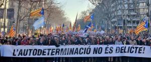La primera gran manifestació en contra del judici del procés independentista ha comptat amb la participació d'unes 200.000 persones, segons informa la Guàrdia Urbana