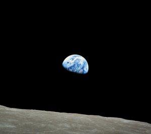 """La """"sortida de la Terra"""" capturada per la càmera d'Anders durant la missió Apol·lo 8"""