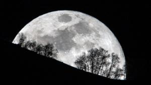 La superluna de este martes jugando con el relieve y la vegetación de los Pirineos