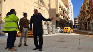 L'alcalde Pellicer, durant la visita d'obres a la plaça de la Sang