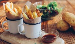 Las patatas al horno son una alternativa mucho más saludable a las patatas fritas y más fácil de hacer.