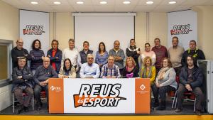 L'Associació de Voluntaris Esportius Reus amb el regidor d'Esports, Jordi Cervera