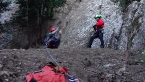 L'equip de rescat de Bombers ha traslladat el ferit en helicòpter fins el pàrquing del cremallera