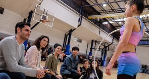 Les ex gimnastes d'èlit a una escola aconsellant a una alumna de gimnastica rítmica