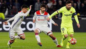 Messi, Terrier i Aouar, durant el Lió-Barça.