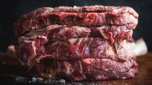 Muchas intoxicaciones alimentarias se producen al consumir alimentos contaminados crudos o mal cocinados