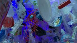 Muntatge fet d'envasos de plàstic que es pot veure a l'interior de l'exposició
