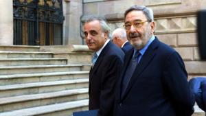 Narcís Serra, absolt, i el seu advocat a l'entrada de l'Audència de Barcelona