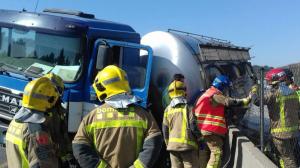 Per causes desconegudes, un camió cisterna i un turisme han col·lidit a la C-58
