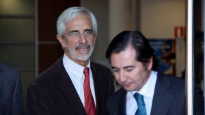 Pla mig de Recaredo del Potro, president de la concessionària del Castor, Escal UGS, i el seu advocat, a la sortida dels jutjats de Vinaròs
