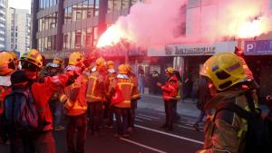 Pla obert on es pot veure un moment de la protesta dels bombers al davant de la delegació del Govern