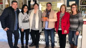 Responsables dels tres establiments van fer la donació a l'Ajuntament de Roda de Berà aquest dimarts.
