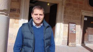 Robert Figueras, a les portes de l'Ajuntament d'Alcover.