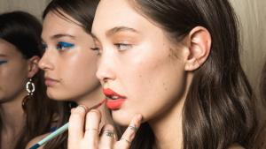 Tonos naranja y delineado gráfico son las claves de las tendencias de maquillaje 2019
