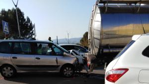 Un cotxe ha xocat per encalç amb un camió cisterna a la C-12 a Flix