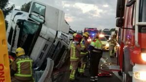 Un dels camións accidentats a l'AP-7 a l'Ametlla de Mar, ha bolcat