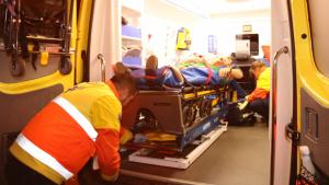 Un ferit atès dins d'una ambulància durant el trasllat de Carme Forcadell.