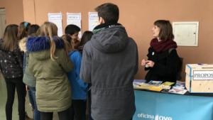 Un grup de joves escolta les explicacions que es donen a l'Infomobil.