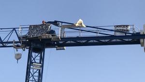 Un ocupa s'enfila en una grua de 20 metres a Vinyols i els Arcs per reclamar justícia