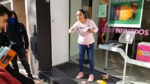 Una comerciant s'enfrenta a un piquet dels CDR a Barcelona durant la vaga del 21F