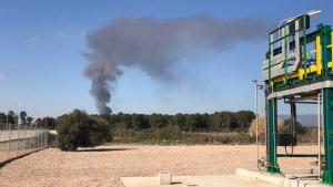 Una nau industrial ha començat a cremar a Constantí