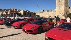 Una vintena de vehicles de la marca Ferrari van estar a la plaça de Sant Francesc
