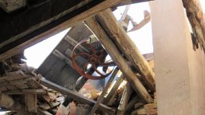 Va cedir la caixa de fusta i maons amb una roda metàl·lica que sobresortia de la teulada.