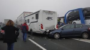 Varios vehículos han colisionado en cadena tras el accidente del camión