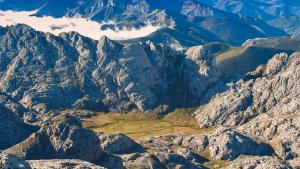 Vista de la Vega de Liordes, en el corazón de los Picos de Europa, una profunda depresión 800 m por debajo de las cimas