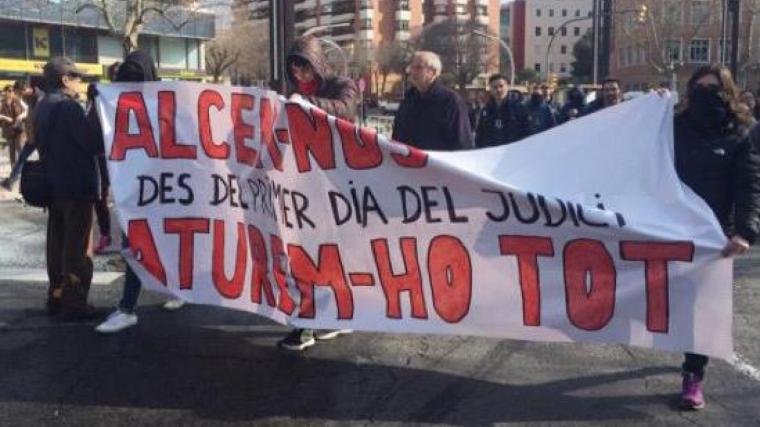 Els manifestants, davant de la subdelegació del govern espanyol a Tarragona