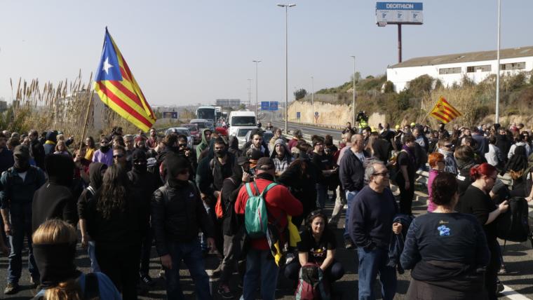 Els manifestants en el tall a l'A-7 a Tarragona.
