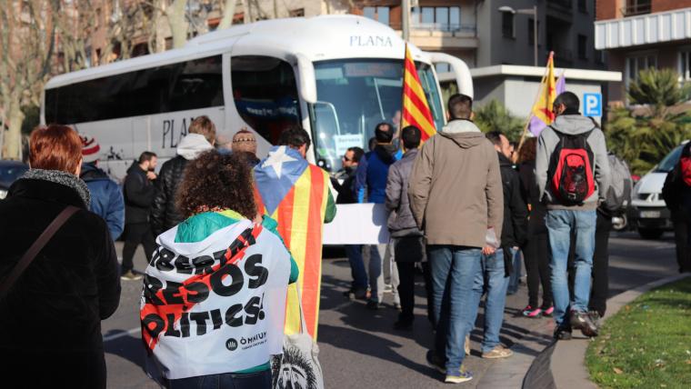 Els manifestants han bloquejat el trànsit a la plaça de la Pastoreta de Reus.