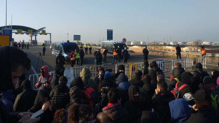 Els Mossos avisen als manifestants del Port que hi poden haver càrregues.