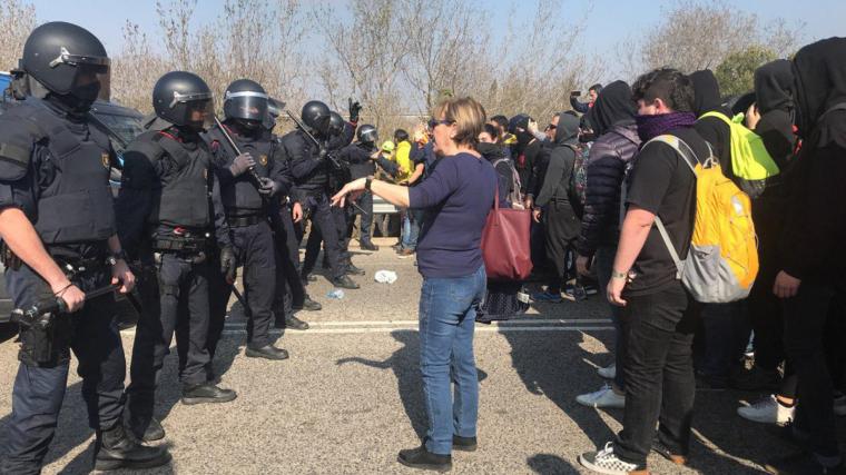Els Mossos impedeixen als manifestants arribar a l'accés de l'AP-7 a Tarragona.