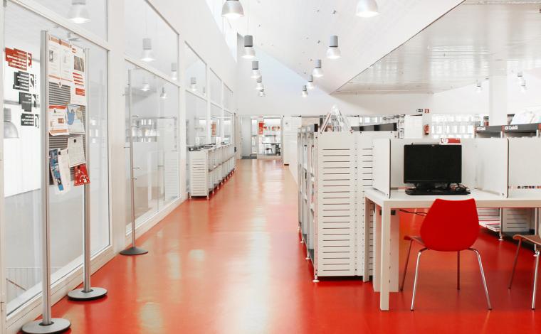 La biblioteca disposa de diversos ordinadors d'ús públic