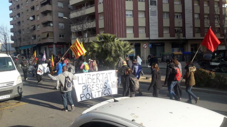 La manifestació de Reus avança per l'avinguda de la Salle.