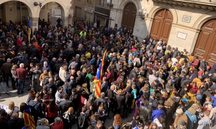 Un miler de persones s'ha concentrat a la plaça del Blat de Valls.