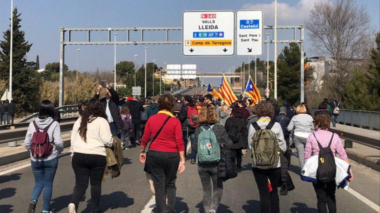 Un miler de persones talla l'N-240 a Tarragona.