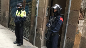 Agents de la policia al centre del Raval, durant una operació de Mossos i Guàrdia Urabana.