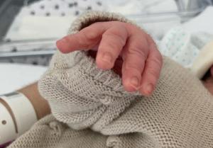 Albert Batet ha donat a conèixer la notícia amb aquesta fotografia de la mà del seu fill