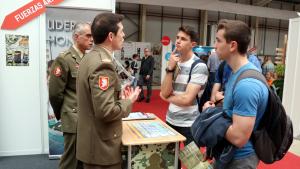Alguns joves estudiants interessant-se per l'estand de l'Exèrcit a la 12a Fira F&T de Lleida