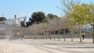 Amb l'asfaltatge de l'aparcament de la platja de la Savinosa s'evitarà la polseguera que solien aixecar els vehicles al seu pas.
