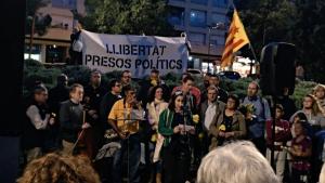 Ariadna Closa, llegint un manifest en defensa de totes les persones víctimes de la repressió franquista